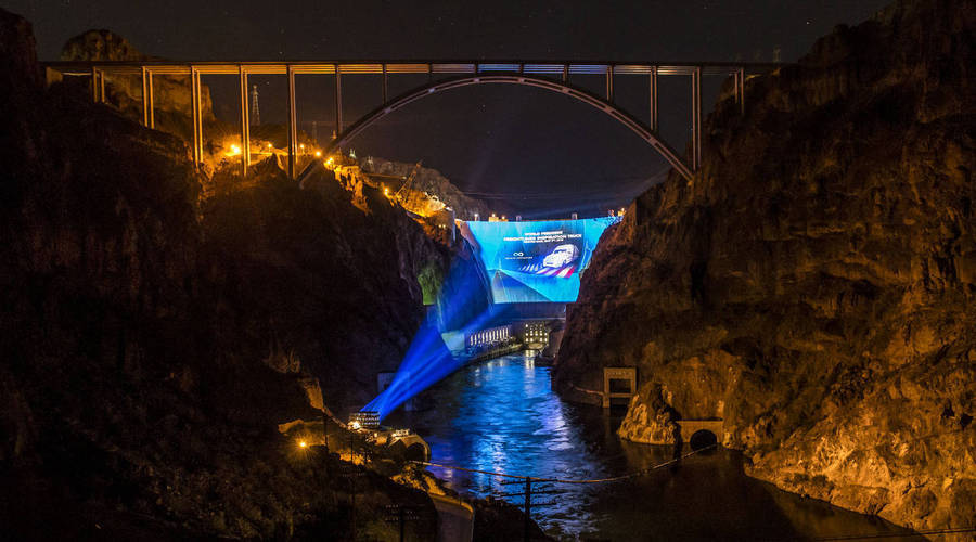 The world premiere of the Freightliner Inspiration Truck at The Hoover Dam set a new Guinness World Record. Die Weltpremiere des Freightliner Inspiration Truck an der Hoover-Talsperre brachte einen Eintrag ins Guinness-Buch der Rekorde.